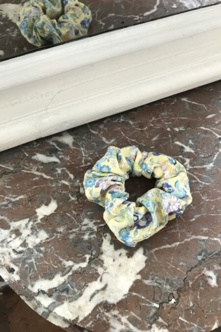 Yellow scrunchie with blue and purple flowers - MaisonCléo