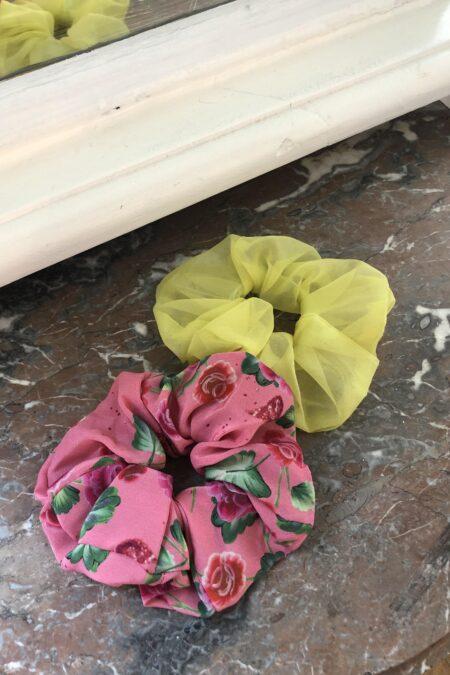 Lot de deux chouchous fleurs roses feuilles vertes en soie et organza de soie jaune - MaisonCléo