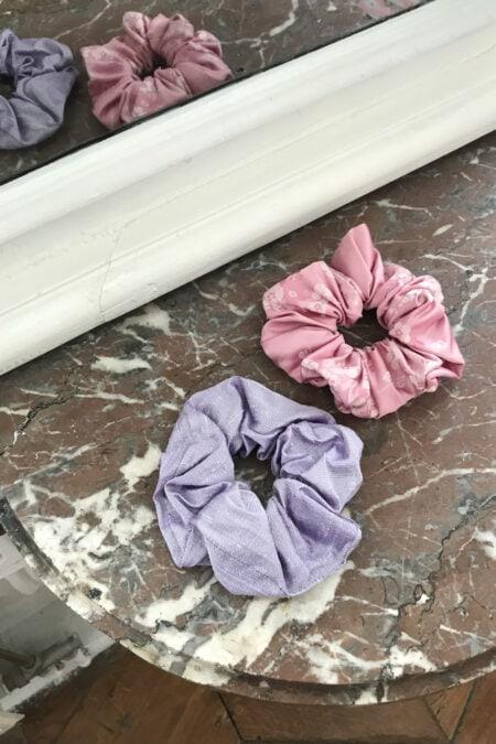 Lot de deux chouchous violet iridescent et à motifs roses fleurs de cerisier ton sur ton - MaisonCléo