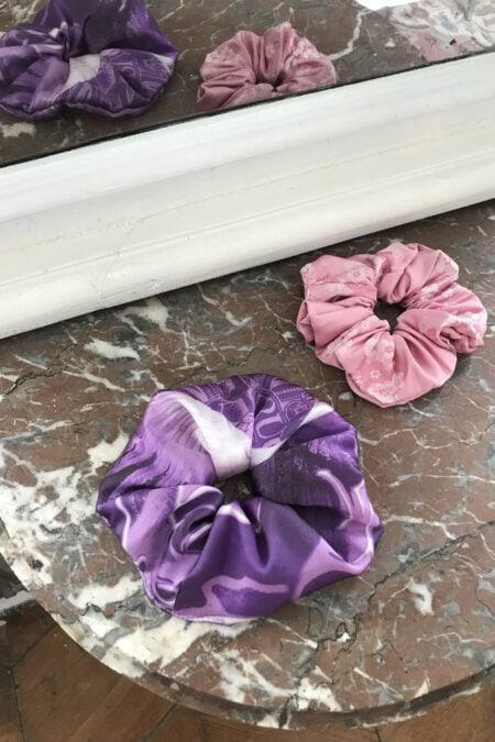 Lot de deux chouchous violet en satin de soie et à motifs roses fleurs de cerisier ton sur ton - MaisonCléo