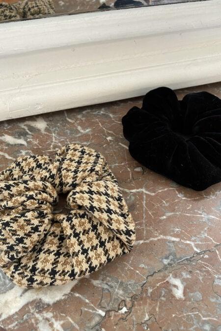 Lot de deux chouchous en velours noir et à carreaux marrons - MaisonCléo