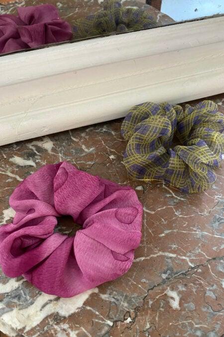 Lot de deux chouchous en soie rose et en organza violet et jaune - MaisonCléo