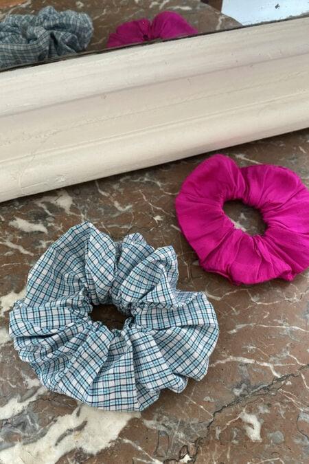 Lot de deux chouchous vichy bleu en cotton et rose fuchsia en soie sauvage - MaisonCléo