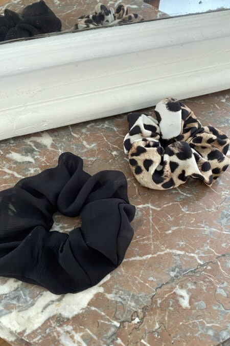 Lot de deux chouchous en soie noire et à motifs léopard - MaisonCléo