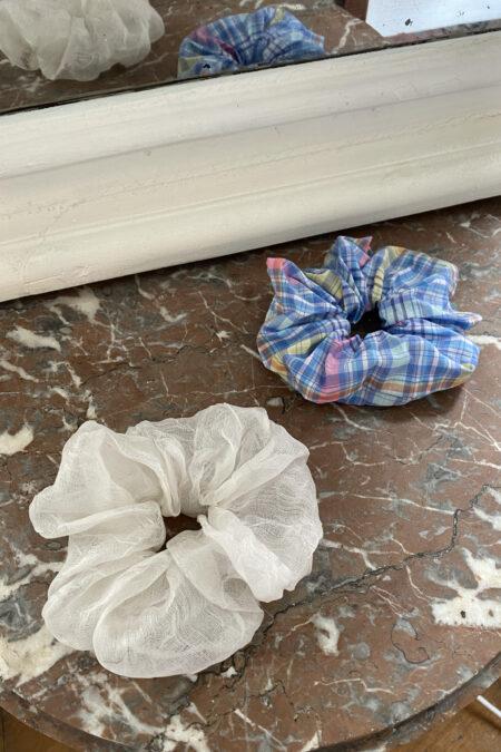 Lot de deux chouchous en soie transparente blanche et à motifs vichy bleu rose jaune - MaisonCléo