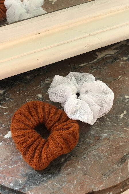 Lot de deux chouchous en dentelle de Calais blanc et tricoté en laine marron - MaisonCléo