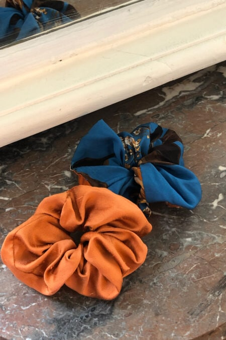 Lot de deux chouchous à fleurs oranges et bleues en soie et en soie sauvage irisé orange - MaisonCléo