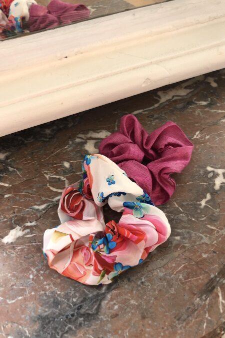 Lot de deux chouchous fleuri en satin de soie et rose en soie sauvage - MaisonCléo