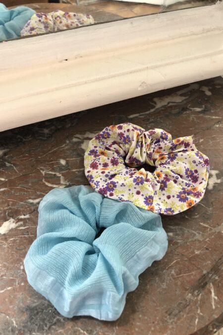 Lot de deux chouchous en soie à fleurs et en soie bleu clair - MaisonCléo
