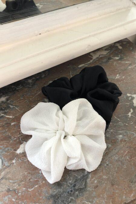 Lot de deux chouchous en soie texturée blanche et en soie duchesse noir - MaisonCléo