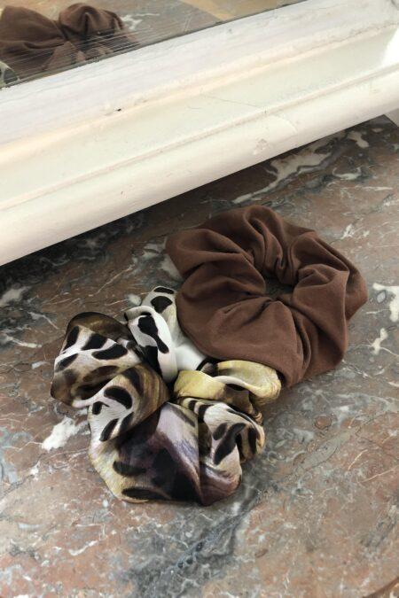 Lot de deux chouchous à motif léopard en soie et en jersey marron - MaisonCléo