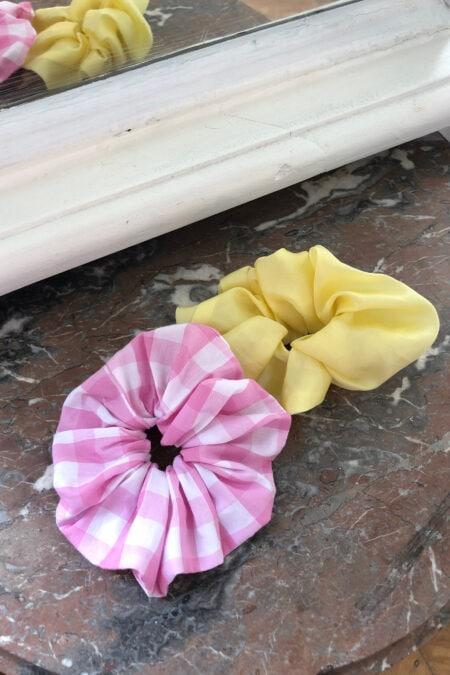 Lot de deux chouchous en cotton vichy rose et en soie jaune - MaisonCléo